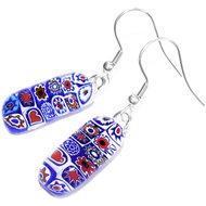 Lange oorbellen van speciaal rood, wit en blauw millefiori glas.