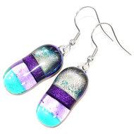 Lange paars met blauw gestreepte oorbellen van prachtig glas!