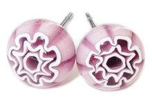 Handgemaakte paarse glazen bloem oorstekers. RVS/Chirurgisch staal oorstekers.