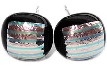 Handgemaakte zwarte glazen oorknopjes met zilver-roze gestreept dichroide!