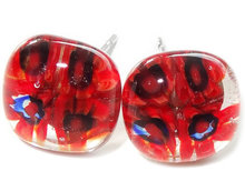 Handgemaakte heldere glazen oorstekers met rode bloemen!