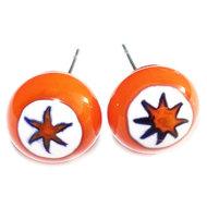 Oranje sterren oorstekers. Glazen oorknopjes van oranje en wit glas met een ster. RVS/edelstaal oorstekers incl. achterkantjes.