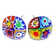 Handgemaakte glazen oorstekers van kleurrijk millefiori glas. Hypo-allergeen chirurgisch staal oorstekers.