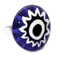 Handgemaakte grote blauwe glazen ring. Verstelbare ring met blauw-witte cabochon van glas.
