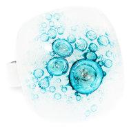 Handgemaakte witte glazen ring met turquoise bellen in het glas.