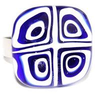 Blauwe witte vierkante glazen ring.