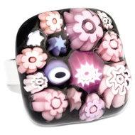 Glazen ring van zwart glas met roze en lila millefiori bloemen, sterren en cirkels.