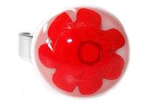 Handgemaakte glazen ring van wit glas met rode millefiori bloem!