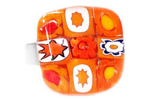 Handgemaakte glazen ring van oranje millefiori glas