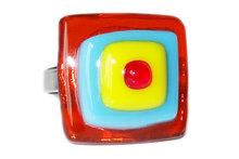 Glazen ring in de kleur; oranje, lichtblauw, geel en rood