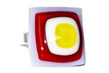 Handgemaakte ring van lila, rood, wit en geel glas!