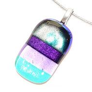 Prachtige hanger van blauw, paars en lila glas. Zowel helder als opaal glas zijn er verwerkt in deze ketting hanger.