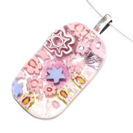 Roze heldere glashanger van roze, lila en paars millefiori glas.