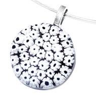Ronde zwarte glashanger met tientallen kleine witte bloemetjes! Unieke ketting glashanger van Italiaans bloemetjes (millefiori)