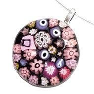 Ronde zwart met roze glashanger van speciaal millefiori glas.