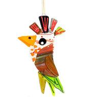 Heldere glazen vogel hanger met groene en rode accenten. Vogel zonnevanger voor huis en tuin!