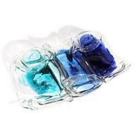 Heldere glazen schaal gemaakt van 3 kleine flesjes in diverse tinten turquoise en blauw.