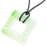 Groene vierkante glashanger voor aan een ketting. Groene ketting hanger voor aan een veter of koord.