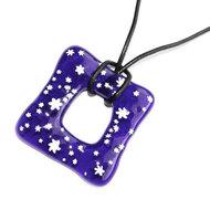 Handgemaakte blauwe vierkante glashanger met witte sterren.