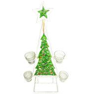 Handgemaakte groene glazen kerstboom van gerecyclede bierflesjes met waxinelichtjes.