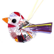 Prachtige paars, rood en roze gekleurde vogelhanger van glas.