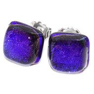 Blauwe glazen oorstekers gemaakt van donkerblauw dichroide glas. Hypo-allergene chirurgisch staal oorbellen.