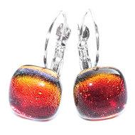 Rode oorbellen met klaphaken. Rode glazen cabochons met iriserende gloed.
