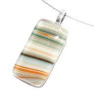 Handgemaakte glashanger van wit glas met groen, oranje en bruine strepen.