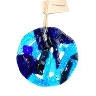 Ronde blauwe raamhanger van glas. Glazen decoratie voor de ramen.