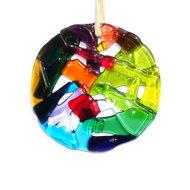 Ronde gekleurde raamhanger van glas. Glazen decoratie voor de muur, ramen of tuin.