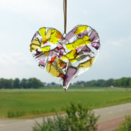 Glazen hart hanger gemaakt van helder roze, paars, amber en geel gekleurd glas.