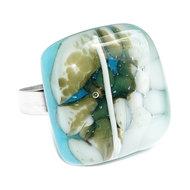 RVS edelstaal ring met handgemaakt glazen kunstwerkje van lichtblauw glas met ivoorwitte en groene accenten.